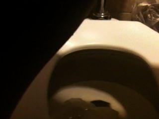 सार्वजनिक शौचालय 1 में pissing