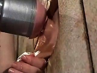 घिरा पुरुष के लिए Fleshlight मशीन के साथ handjob