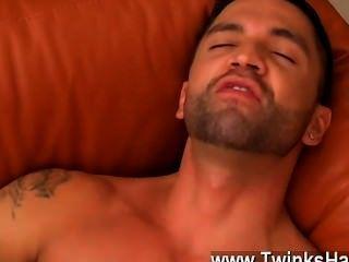 सेक्सी समलैंगिक डोमिनिक उसकी जीभ के साथ उनकी उत्सुक fuckholes पर काम करता है,