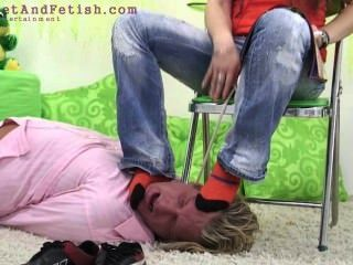 जर्मन लड़की बल पुरुष उसके पैर चाटना