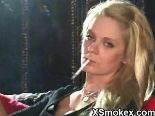सेक्सी गोरा धूम्रपान