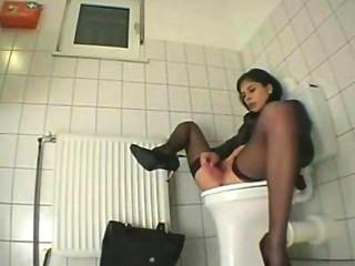 महिला टॉयलेट में masturbates