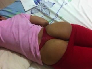 सो रही पत्नी लाल पेटी