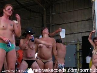 भव्य बाइकर चिक्स आयोवा गीला tshirt प्रतियोगिता में पूरी तरह से नग्न हो रही