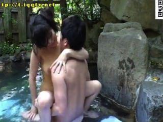 खुली हवा में हॉट स्प्रिंग बाथ स्तन श्रीमती साथ मिलाया।सेना!उजागर तौलिए से