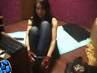 वेब कैमरा लड़की जूते और मोजे हटाने
