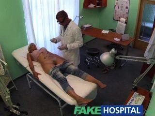 FakeHospital डॉक्टर मरीजों को अपने मुर्गा के साथ बिल्ली जांच