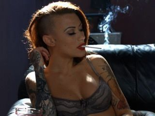 बेकी धूम्रपान अधोवस्त्र में सभी सफेद 100s