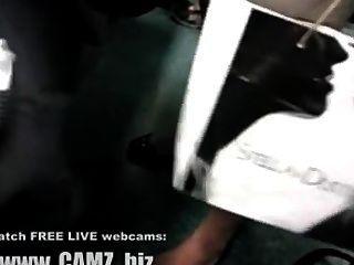 बस वेबकैम में महिला मांसपेशियों पैर