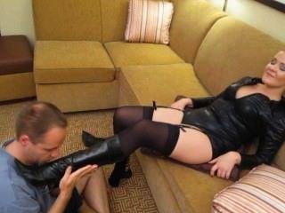 व्हिटनी teases submissives फूहड़ पूरी तरह से पागल w / उसके पैर