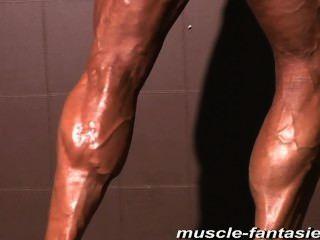 परिपक्व पेशी राक्षस मुकदमा उसके कठिन veiny शरीर से पता चलता है