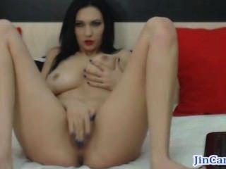 वेबकैम पर काले बालों वाली camgirl sideboob हस्तमैथुन शो