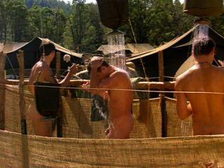 ब्रायन ब्राउन के अन्य लोगों के साथ आउटडोर शॉवर में नग्न
