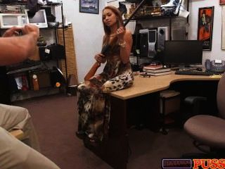 बंदूक और बड़े स्तन के साथ श्यामला