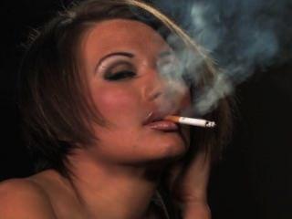 बेकी चतुर्थ धूम्रपान करता है