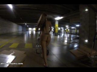आइकिया पार्किंग में नग्न चमकती