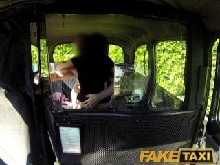FakeTaxi सेक्सी काली लड़की टैक्सी ड्राइवर के साथ बदला सेक्स टेप बनाता है