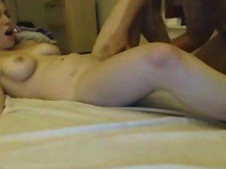 दो युवा समलैंगिकों वेब कैमरा वेबकैम पर बिल्ली चाट का आनंद