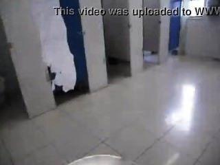 सार्वजनिक बाथरूम में चूसने सूट आदमी