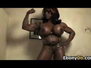 बड़े स्तन के साथ मांसपेशियों में आबनूस लड़की