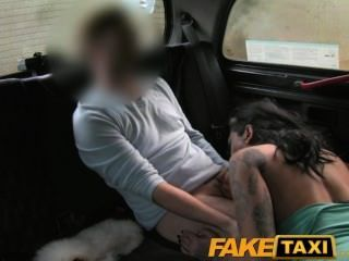 FakeTaxi ranchy टैक्सी सेक्स और टैटू की बहुत सारी