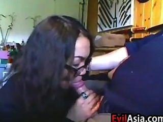 nerdy एशियाई लड़की एक blowjob दे