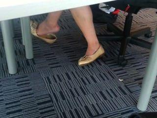 पुस्तकालय में खरा एशियाई किशोर Shoeplay झूलने पैर