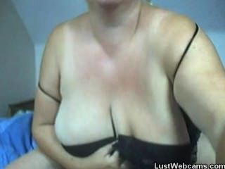 वेबकैम पर उसके विशाल प्राकृतिक स्तन के साथ सेक्सी परिपक्व नाटकों