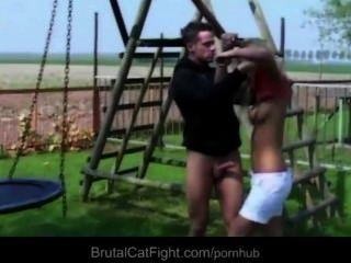 फूहड़ spanked और एक क्रूर बिल्ली लड़ाई में blowjob के साथ दंडित