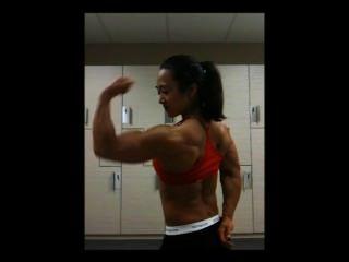 विशाल एशियाई महिला मांसपेशियों ठोके