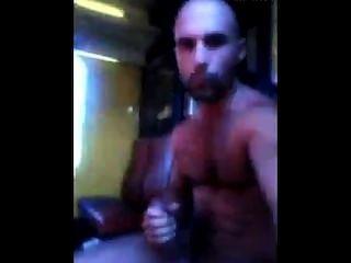 अरब मर्दाना बालों वाले हंक मेट्रो में मरोड़ते