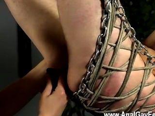 समलैंगिक XXX Aiden आंखों पर पट्टी और झूल रहा है, लोहा गोफन में trussed