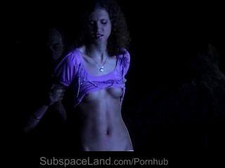 दो गुलाम लड़कियों के लिए आतंक और बीडीएसएम में प्रस्तुत