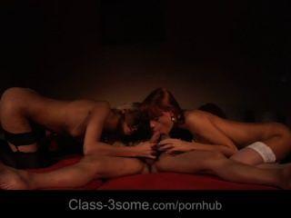 दो कामातुर और कामुक लड़कियां एक लंपट 3some में एक मुर्गा खराब
