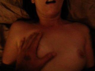 एक चेहरे समाप्त होने के साथ एक लिंग पंप का उपयोग करने के बाद शौकिया युगल सेक्स