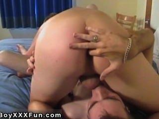 समलैंगिक वीडियो कामुक कलियों मुर्गा की गहरे गले के नीचे विस्फोट!रीज़ खींचतान