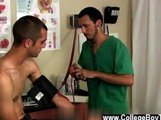 नग्न पुरुषों डॉक्टर और उनकी रोगी परीक्षा के विपरीत खत्म करने के लिए मिला