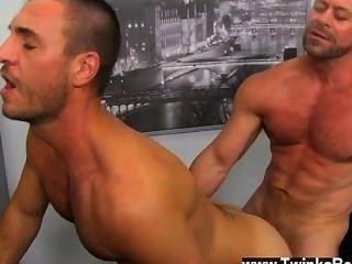 समलैंगिक नंगा नाच लड़का केसी Analingus के साथ उनकी मौखिक कौशल है कि शेयर