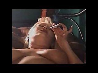 एमआईएलए एक सिगार inhaling और दो बार cums
