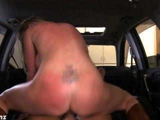 गोरा निकी बेंज कार में पीओवी में मुर्गा बकवास