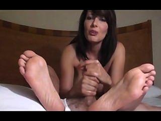 सेक्सी milf पैरों पर सह शॉट के लिए handjob देता है