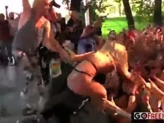 कुछ बेतरतीब लड़कियों को एक संगीत कार्यक्रम में मंच पर नग्न हो जाता है
