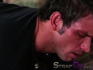 स्ट्रैपआन वह अपने गधे राहेल इवांस द्वारा गड़बड़ हो जाता है