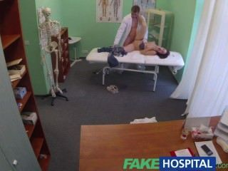 FakeHospital डॉक्टर whilst प्रेमी उभयलिंगी रोगी के साथ गहरे गेंदों हो जाता है