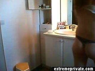 रेड इंडियन एमआईएलए एन बाथरूम में नग्न