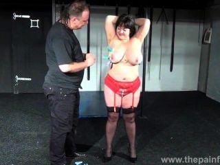 Busty BBW एंड्रियास कट्टर स्तन सजा और चरम शौकिया बीडीएसएम