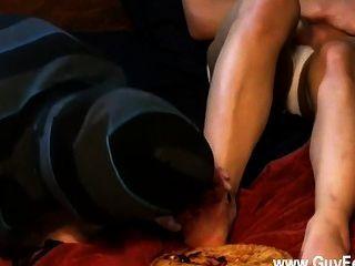 समलैंगिक फिल्म एन्जिल एक ब्लूबेरी पाई और ट्रिस्टन में उसका नन्हा पैर tucks