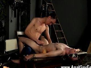 समलैंगिक Twinks masochistic साथी उसकी जिम्प नीचे बंधे और आंखों पर पट्टी है,