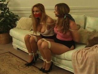 एक सोफे पर लड़कियों