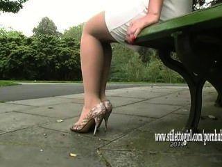 सुंदर लड़की उसकी रेशमी चिकनी नायलॉन पैर और पॉश ऊँची एड़ी से पता चलता है